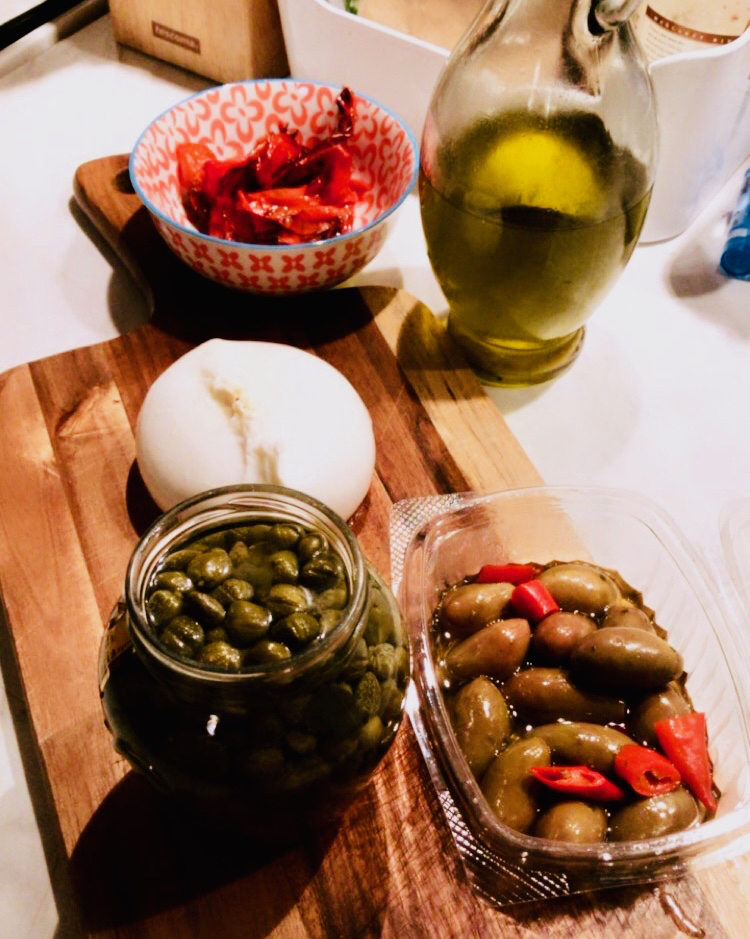 Burrata, olivy, kapary, papriky, rajčata - hubnutí