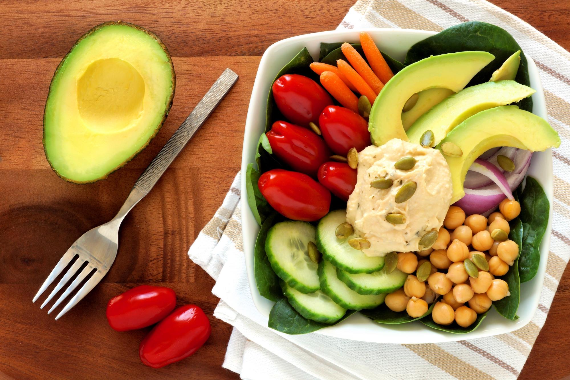 Zdravý oběd dle principů Metabolic balance: avocado, cizrnový hunnusa čersvá zelenina