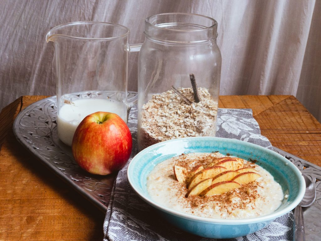 Ovesná kaše se strouhaným jablkem, vanilkou a skořicí - jednoduché recepty na hubnutí, Megabolic Balance