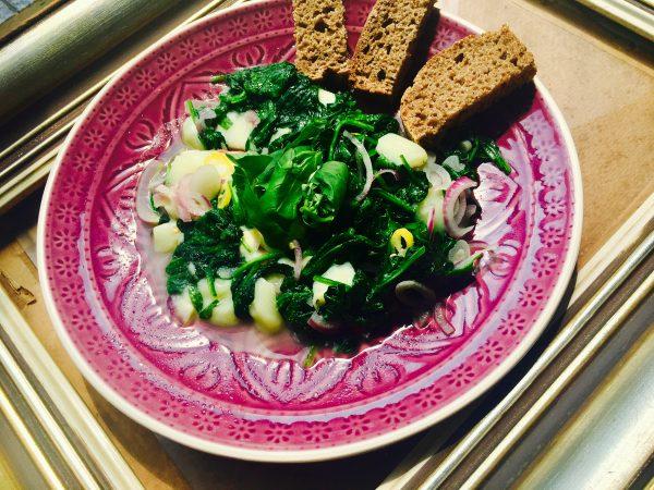 Teplý špenátový salát se sýrem Kaškaval | recept na hubnutí podle programu metabolic balance®