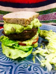 Šťavnatý hovězí burger s avokádovou majonézou - recept pro zdravý metabolizmus, hubnutí a skvělý chuťový zážitek.