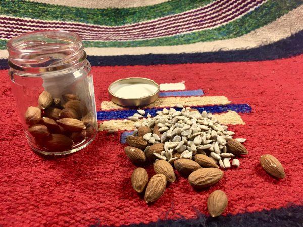 Krabička poslední nebo první záchrany - to jsou mandle a semínka slunečnice v malé skleničce nebo krabičce od léků či vitamínů (program metabolic balance)
