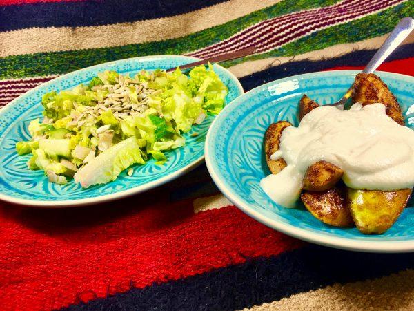 Hruška s vanilkovou omáčkou z mandlí a salát s opraženými sluneč. semínky.